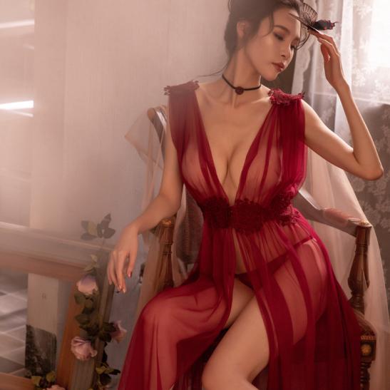 Váy ngủ xẻ dài gợi cảm cùng quần lọt khe xuyên thấu - Ảnh 2