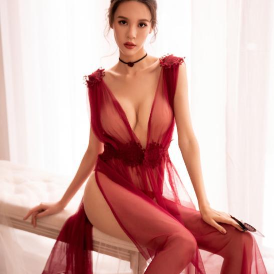 Váy ngủ xẻ dài gợi cảm cùng quần lọt khe xuyên thấu - Ảnh 1