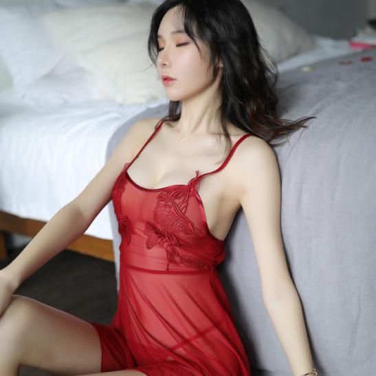 Đầm ngủ trong suốt cùng quần lót lọt khe nữ - Ảnh 1