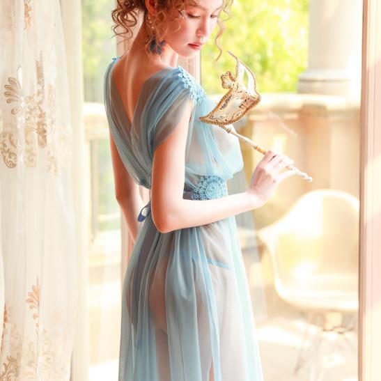 Váy ngủ xẻ dài gợi cảm cùng quần lọt khe xuyên thấu - Ảnh 10