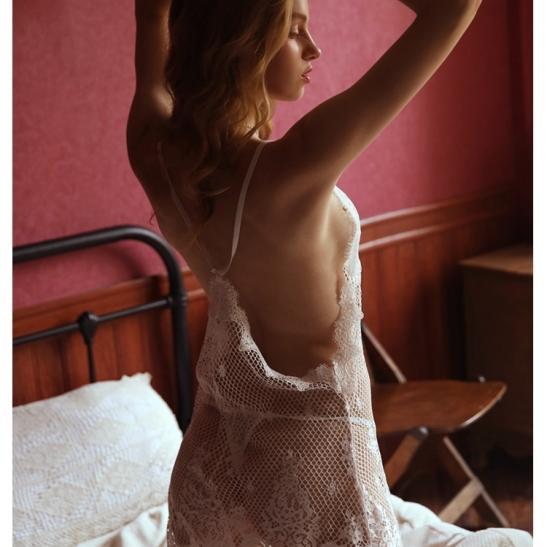 Váy ngủ ren lưới sexy cùng quần lót lọt khe nóng bỏng - Ảnh 1